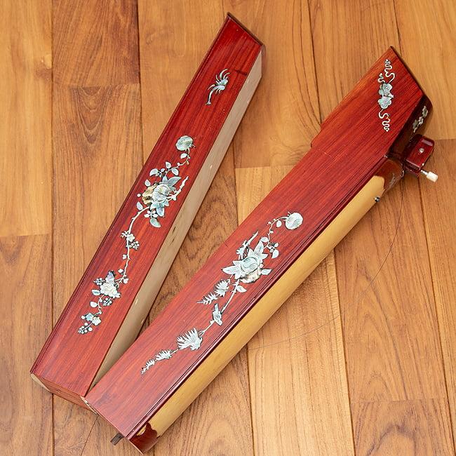 ベトナムの一弦琴 ダン・バウ 良品質(大) 8 - 中央部分で二つに折りたたむことができるので、収納の便利です。(木目の色合いや細かな装飾が商品により多少異なる場合がございます。)