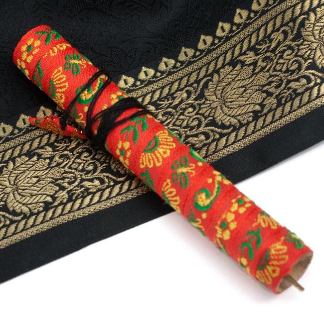 低音ダンモイ-ベトナムの口琴 3 - 民族柄のケース入り。テープの柄は色々ありますので、アソートでお届けさせていただきます