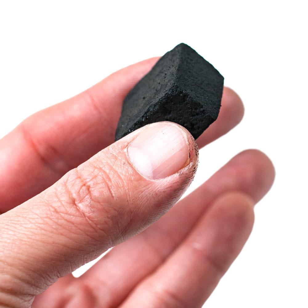 シーシャの炭 COCONUT COAL - 30個入り 4 - 手に取るとこれくらいの大きさの炭です