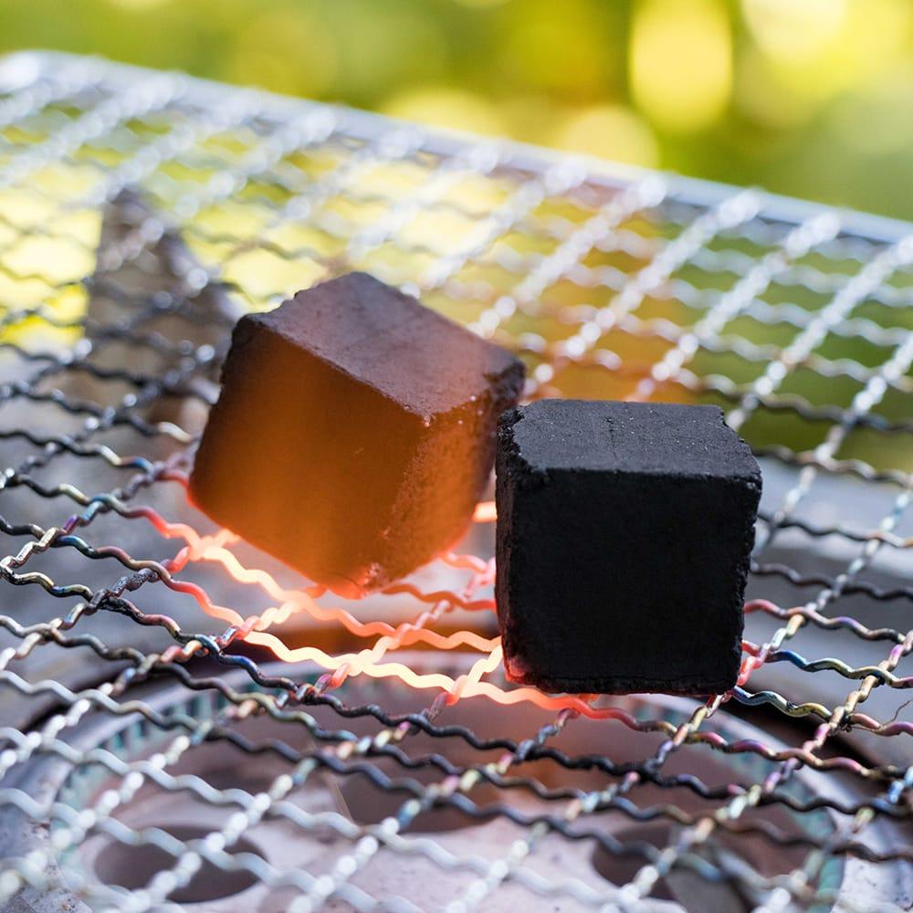 シーシャの炭 COCONUT COAL - 30個入り 5 - 類似商品の使用例です。カセットコンロで五分程度で着火します。