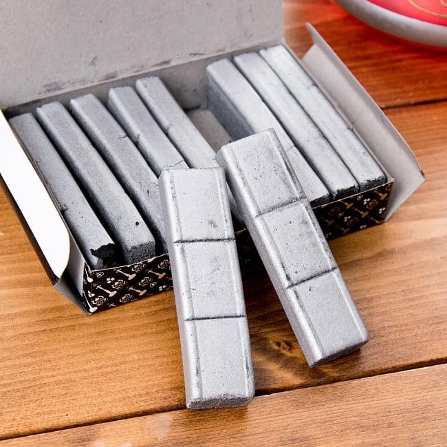 シーシャの炭 シルバーチャコール - 30個入り 3 - 切れ目の入ったスティックタイプのチャコールが入っています。