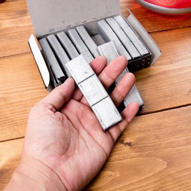 シーシャの炭 シルバーチャコール - 30個入り 4 - 手に持ってみました。サイズの参考にどうぞ。