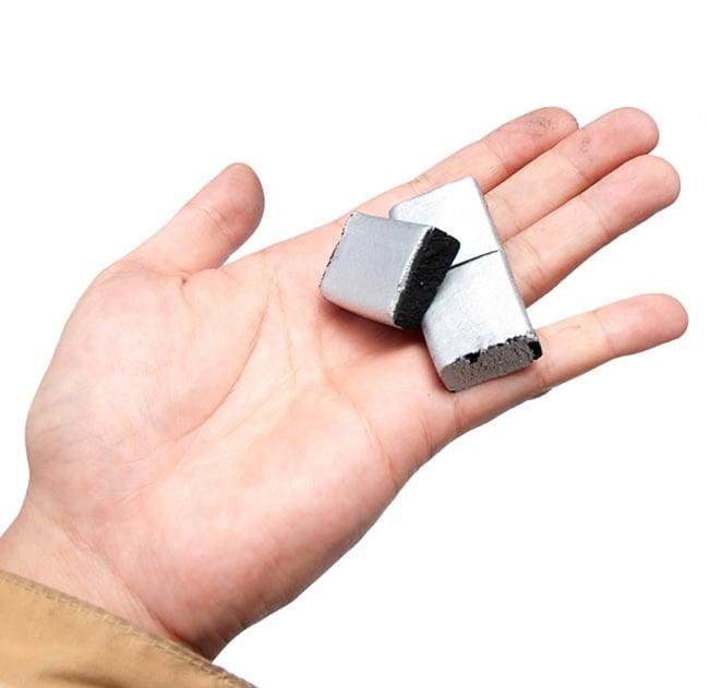 シーシャの炭 シルバーチャコール - 30個入り 4 - このように、つながっている部分をポキっと簡単に折ることが可能です。
