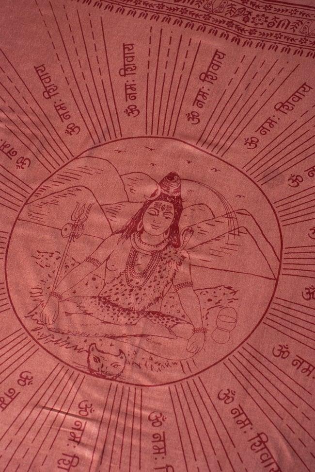 [200cmx100cm]座りシヴァのラムナミ 茶の写真2 - 中央には大人気のシヴァ神が座っています。