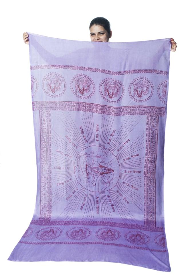 (200cmx100cm)座りシヴァのラムナミ 紫 8 - 小柄な女性が持ってみました。模様の広がりと大きさがわかりますね