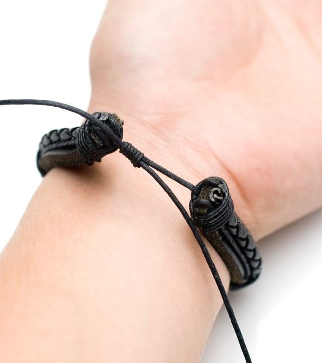 アジアン レザーブレスレット 【黒】 5 - 緩め方は結び目を持ち左右どちらかに引っ張ってあげてると簡単に緩みます