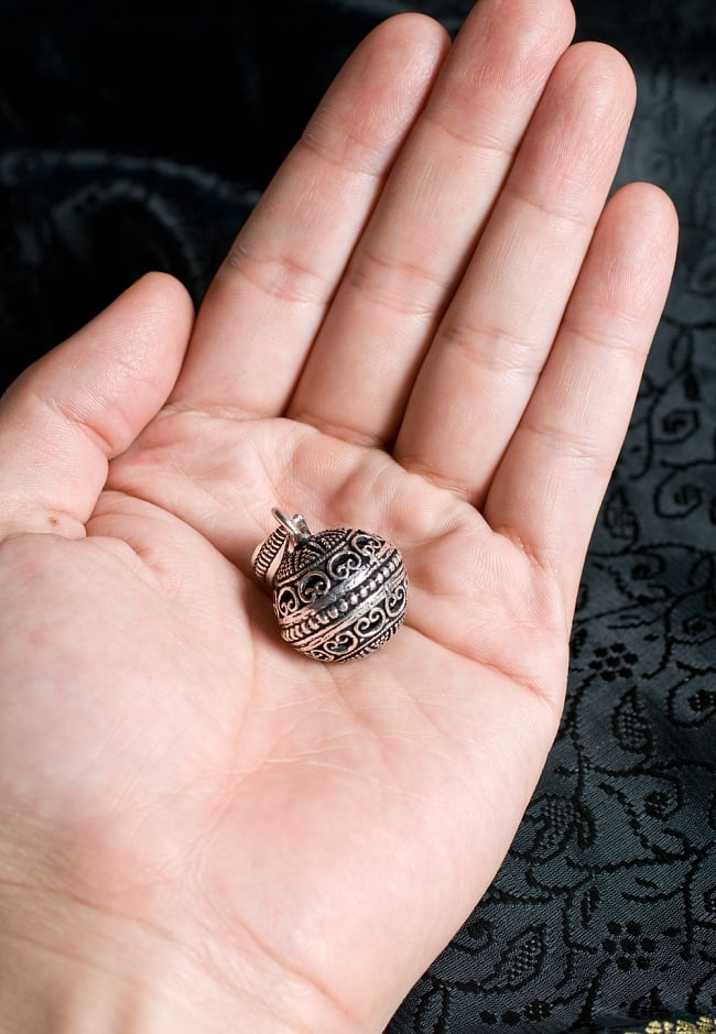 シルバーメタルのガムランボール【チェーン付】 6 - サイズ比較のために手に持ってみました