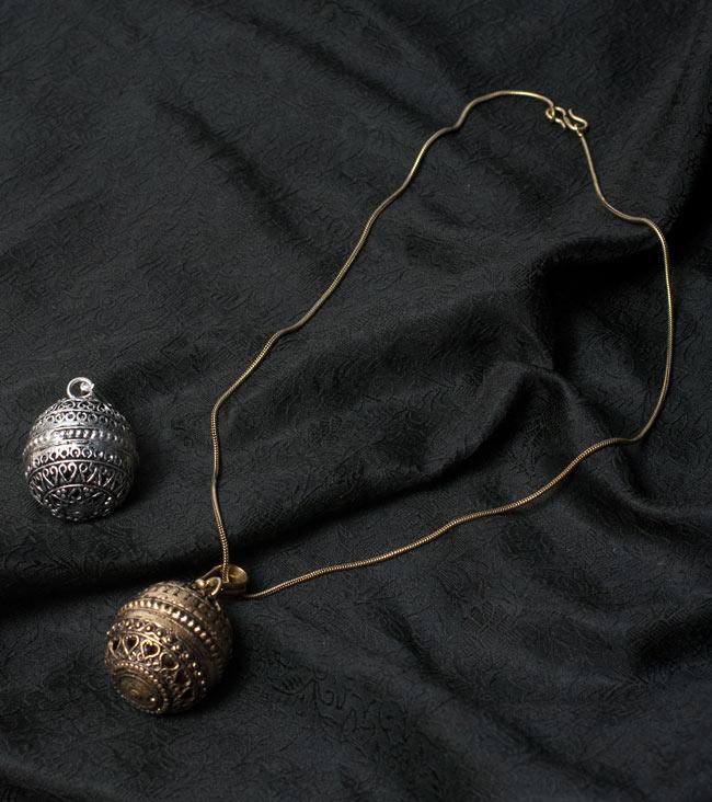大きめなガムランボール【チェーン付】の写真6 - 付属の金属チェーンと一緒に撮影しました
