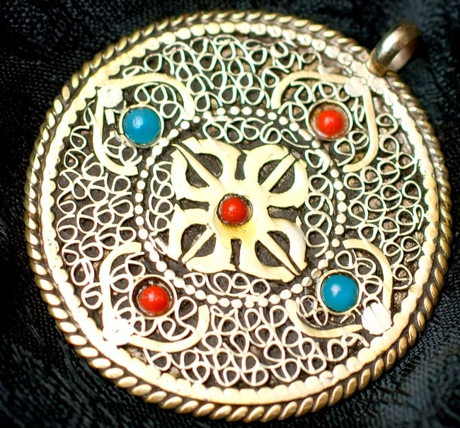 青と赤の石のヴァジュラとオーンのペンダント(革紐付き) 2 - 裏面の写真です
