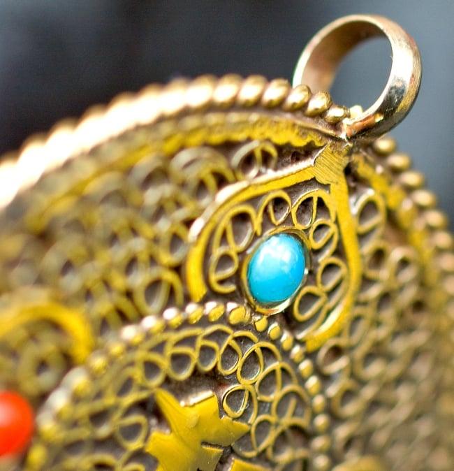 青と赤の石のヴァジュラとオーンのペンダント(革紐付き) 3 - 紐を通す穴を撮してみました