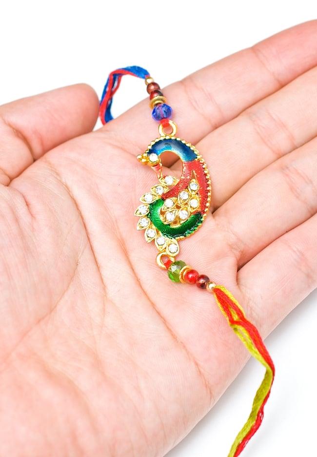 ラーキー  インドからきた紐のブレスレット 5 - サイズが分かるように手で持ってみました