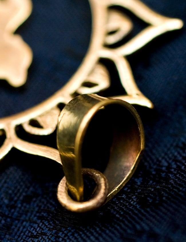 ブッダのゴールドペンダントトップ【首用の紐付き】 -直径4約cm 4 - 紐を通す部分はこのようになっています
