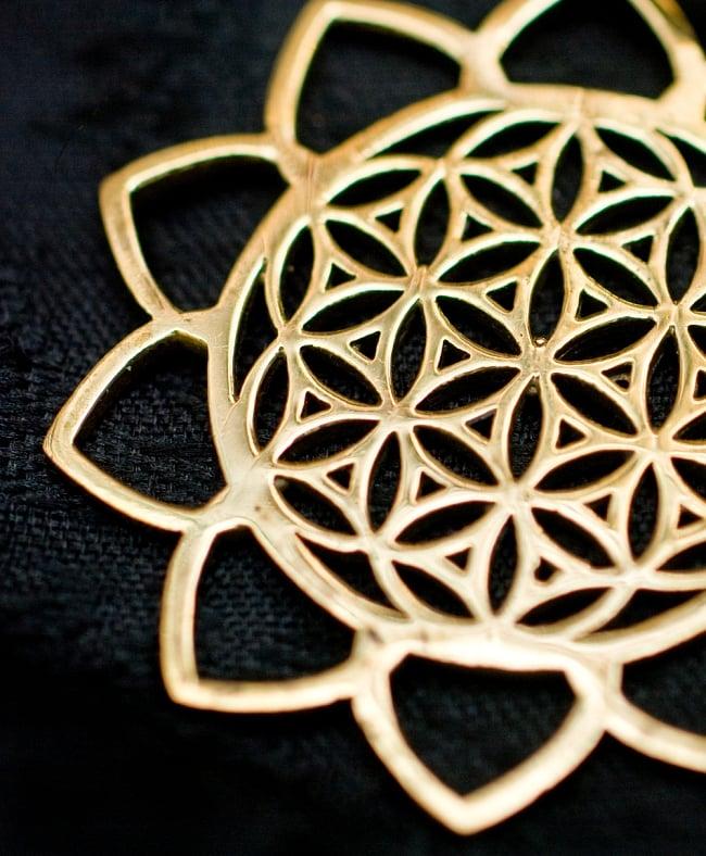 Flower of Lifeの花ふちどりゴールドペンダントトップ 【首用の紐付き】  -直径約3.5cm 2 - 一部分を拡大しました
