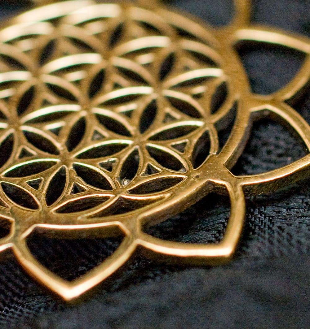 Flower of Lifeの花ふちどりゴールドペンダントトップ 【首用の紐付き】  -直径約3.5cm 3 - 角度を変えて一部分を拡大しました