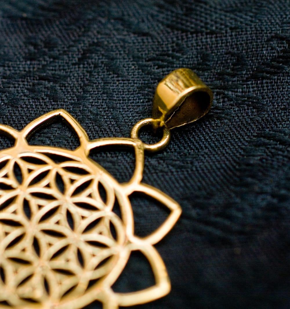 Flower of Lifeの花ふちどりゴールドペンダントトップ 【首用の紐付き】  -直径約3.5cm 4 - 紐を通す部分はこのようになっています
