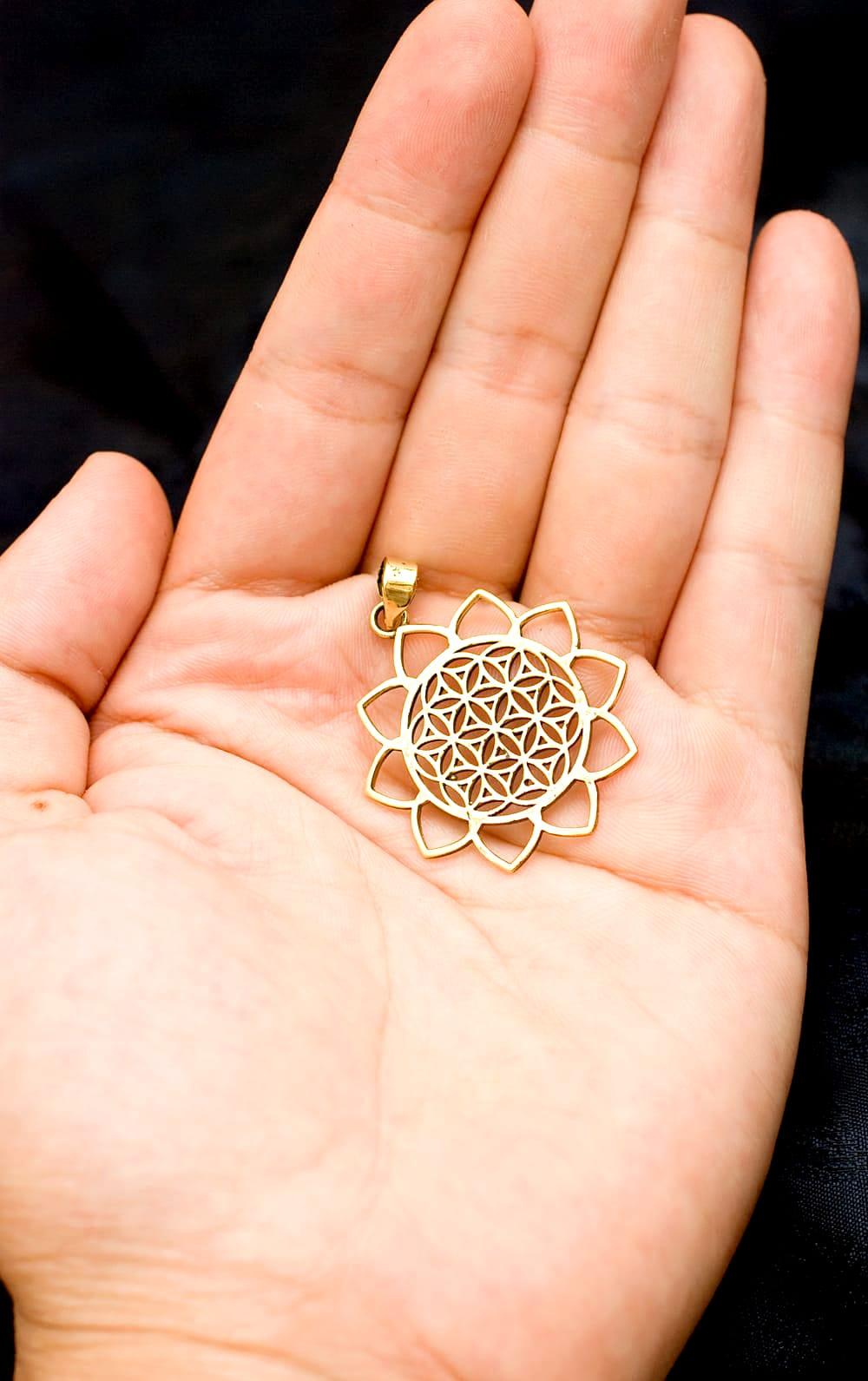Flower of Lifeの花ふちどりゴールドペンダントトップ 【首用の紐付き】  -直径約3.5cm 5 - 手に持ってサイズがわかりやすいようにしてみました
