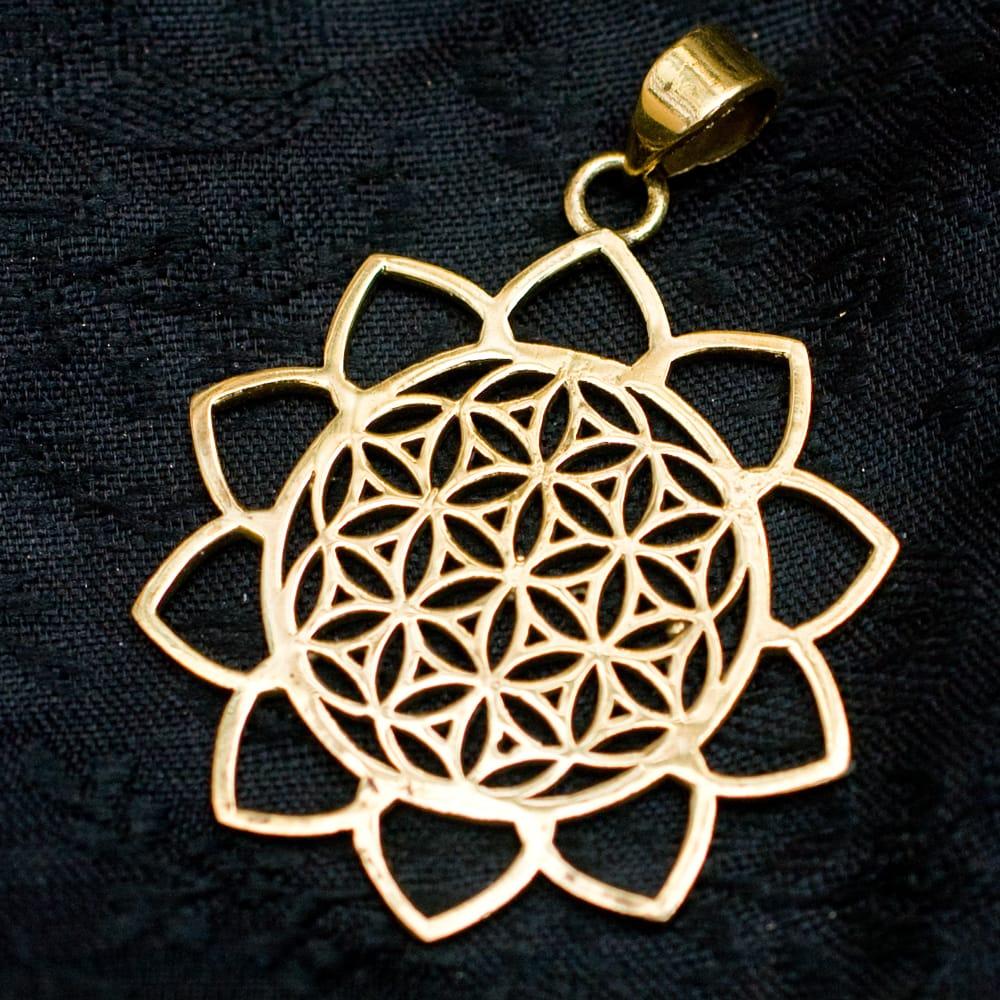 Flower of Lifeの花ふちどりゴールドペンダントトップ 【首用の紐付き】  -直径約3.5cmの写真