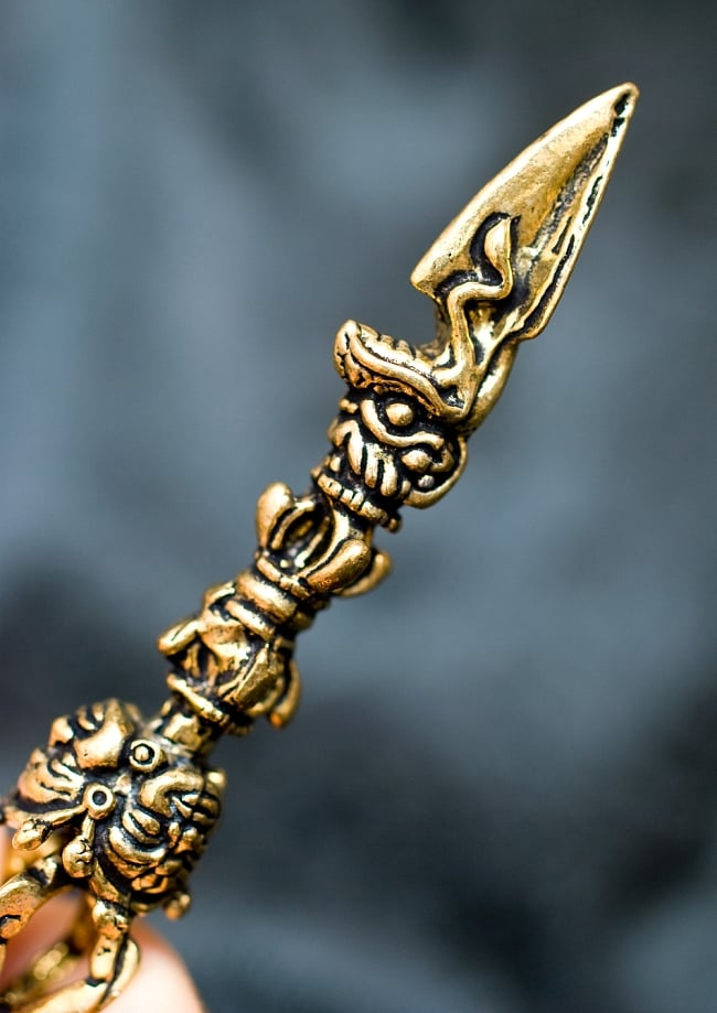 ヴァジュラのゴールドペンダントトップ 【首用の紐付き】  -直径約6.5cm 2 - 一部分を拡大しました