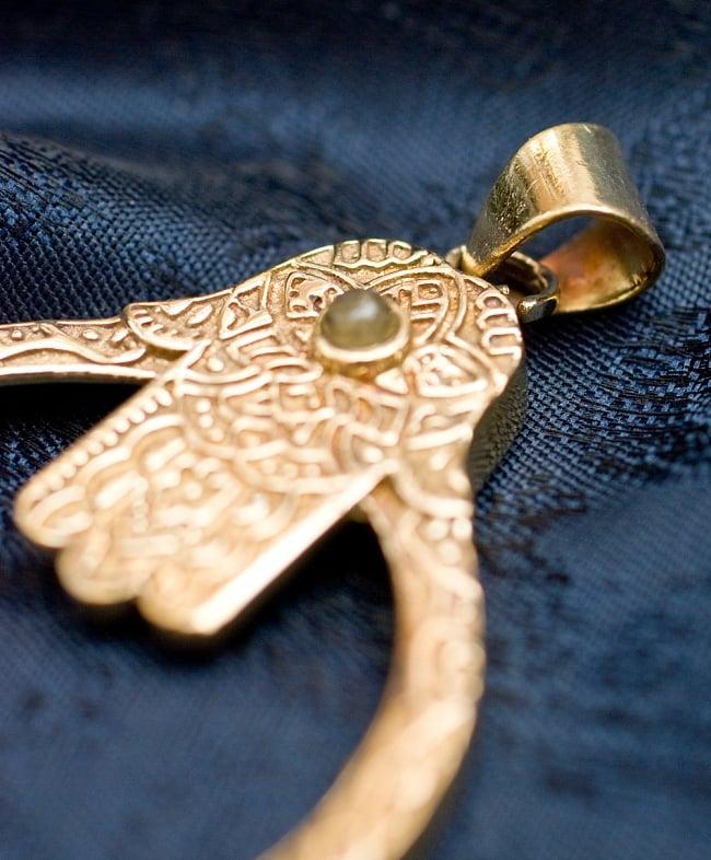ハムサの天然石ゴールドペンダントトップ 【首用の紐付き】 -約5.5cmx4cm 4 - 紐を通す部分はこのようになっています