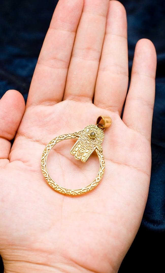 ハムサの天然石ゴールドペンダントトップ 【首用の紐付き】 -約5.5cmx4cm 5 - 手に持ってサイズがわかりやすいようにしてみました