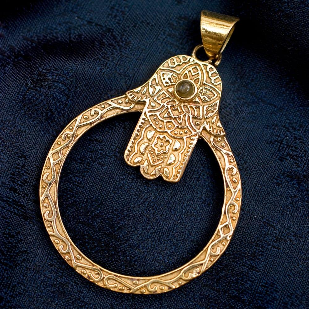 ハムサの天然石ゴールドペンダントトップ 【首用の紐付き】 -約5.5cmx4cmの写真