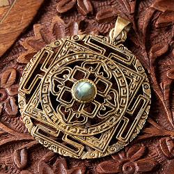 マンダラの天然石ゴールドペンダントトップ(各色アソート) 【首用の紐付き】  -直径約5cm