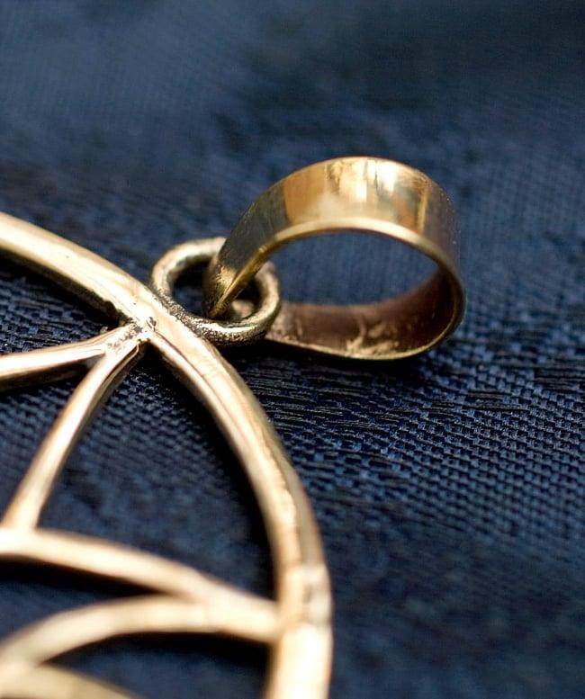 蓮の花の天然石ゴールドペンダントトップ 【チェーン付き】  -直径約4cm 4 - 紐を通す部分はこのようになっています