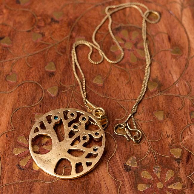 生命の木 Life of Tree の天然石ゴールドペンダントトップ 【チェーン付き】  -直径約3.5cm 3 - 角度を変えて一部分を拡大しました