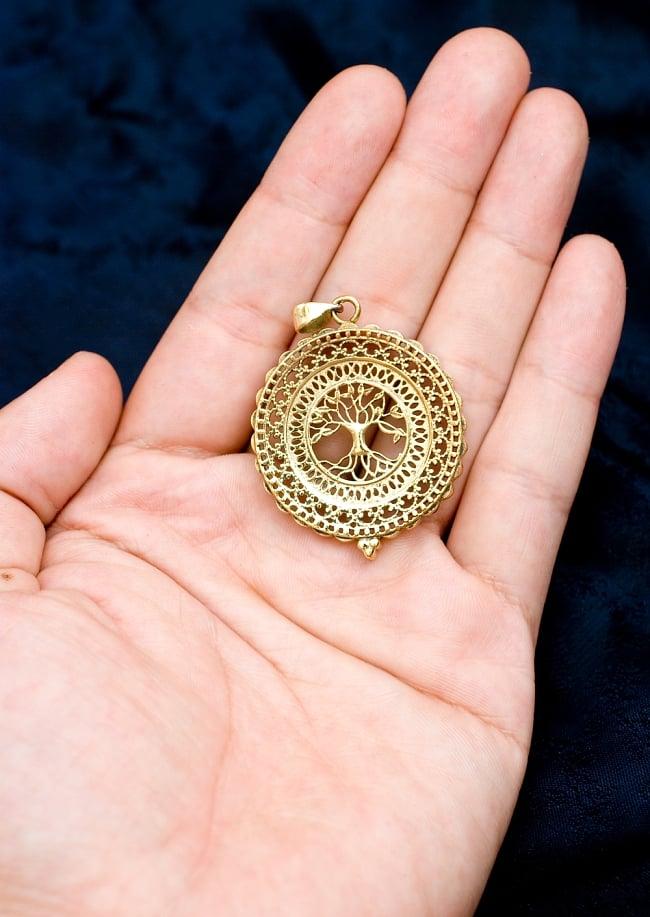 生命の木 Tree of Life のゴールドペンダントトップ 【首用の紐付き】  -直径約4cmの写真5 - 手に持ってサイズがわかりやすいようにしてみました