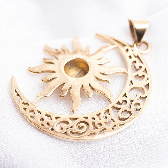 ゴールドペンダントトップ -太陽と月 3 - UPにしてみました。伝統模様が繊細で美しいです