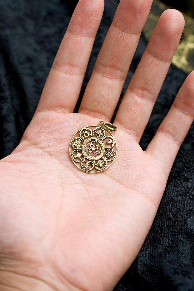 チベット八吉祥のペンダントトップ【紐付き】 5 - 手に持つとこんなサイズ感です