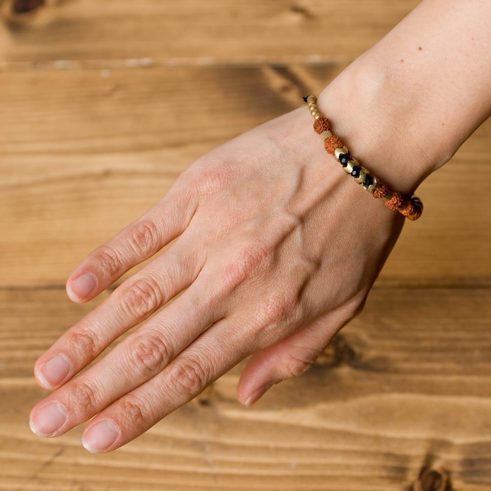 ルドラクシャとゴールドのブレスレット 5 - 実際につけてみました。女性がつけてこのくらいの存在感です。