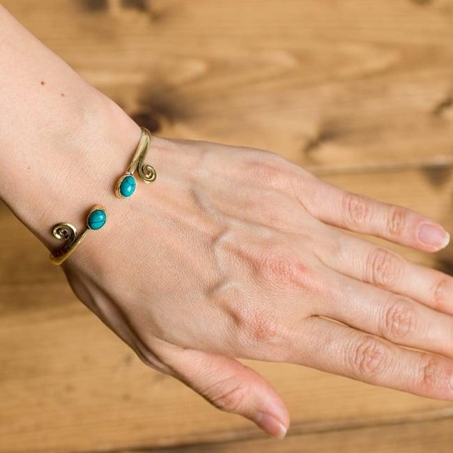 天然石のシンプルブレス 11 - 女性の手に付けるとこんなイメージです。シンプルなので日常的に使えますね。