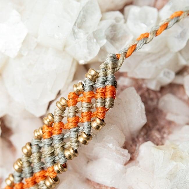 マクラメ編みブレスレット - 薄グレー&オレンジ 3 - 紐部分にかけての様子です。