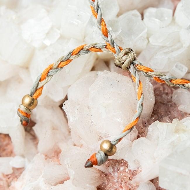 マクラメ編みブレスレット - 薄グレー&オレンジ 4 - こちらを絞ることで紐の長さを調節できます。