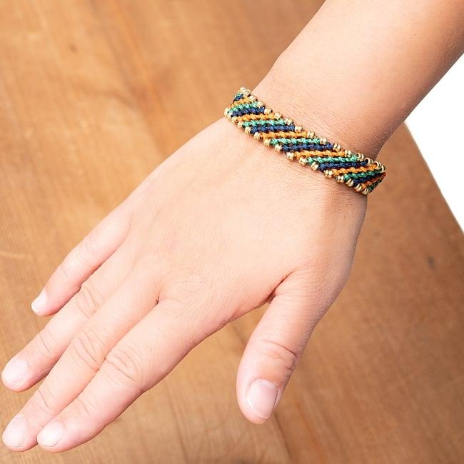 マクラメ編みブレスレット - 薄グレー&オレンジ 6 - モデルさんが着用してみるとこのようなサイズ感です。