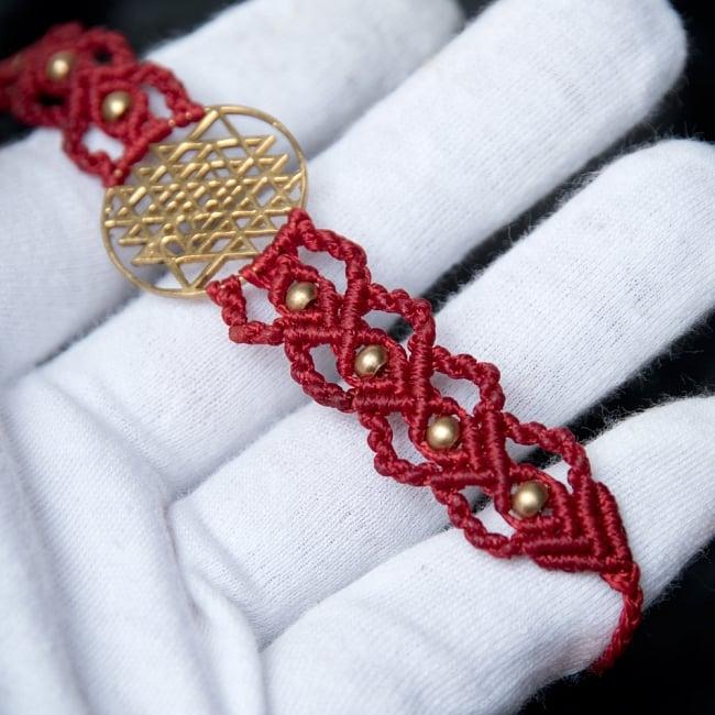 シュリ・ヤントラ マクラメ編みブレスレット 4 - 手に取るとこのようなサイズ感です。