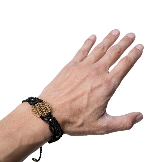 シュリ・ヤントラ マクラメ編みブレスレット 7 - 実際に男性の手につけてみました。フリーサイズですので、男女共用です