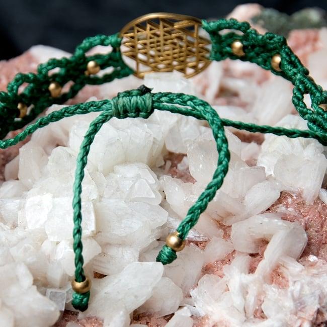 シュリ・ヤントラ マクラメ編みブレスレット 8 - こちらを絞ることで紐の長さを調節できます。