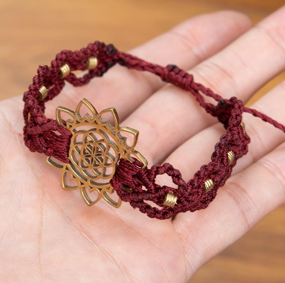 Flower of  Life マクラメ編みブレスレット 13 - サイズ比較のために手に持ってみました