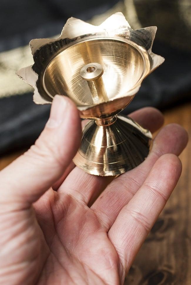 蓮型オイルランプ&香立て(7.5cm) 4 - 大きさを観じて頂く為、手に持ってみました。