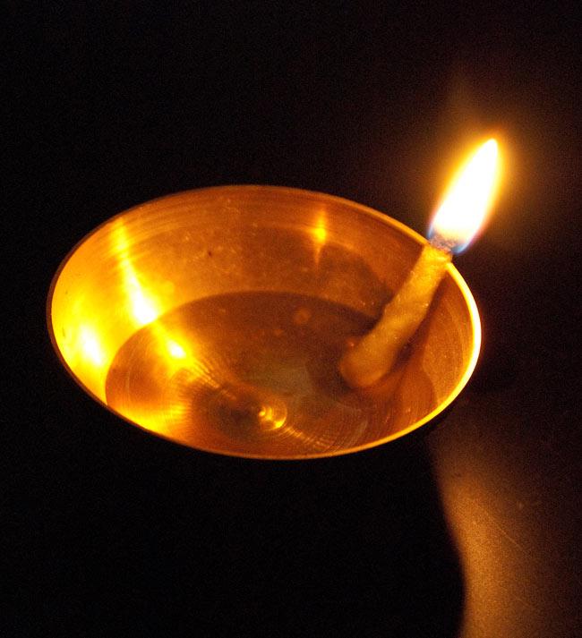 コットンの灯心[約100本 5cm] 2 - 金属の小皿にサラダ油を入れて燃やしてみました