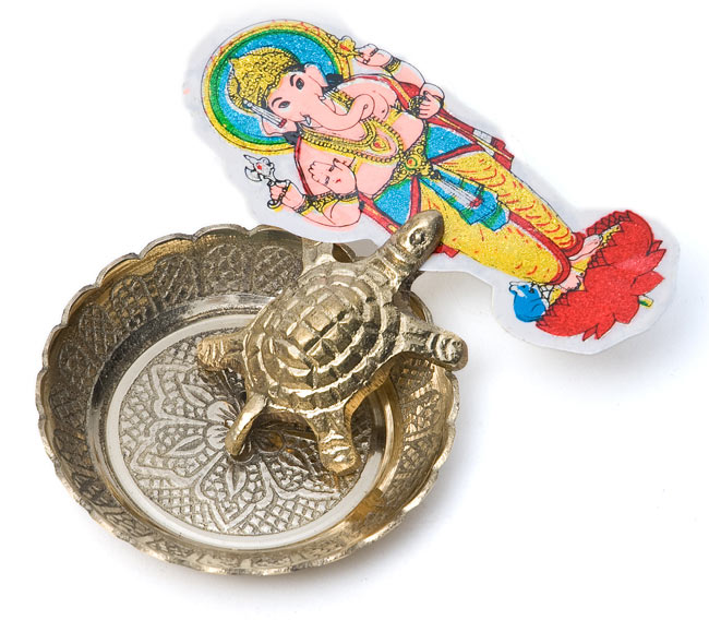 インド風水のプレート(kachwa plate) - 約8cm 8 - 亀さんにシールをくわえてもらいました。一風変わった名刺受けとしてもお使いいただけます。この写真に写っているのは「小」の商品です