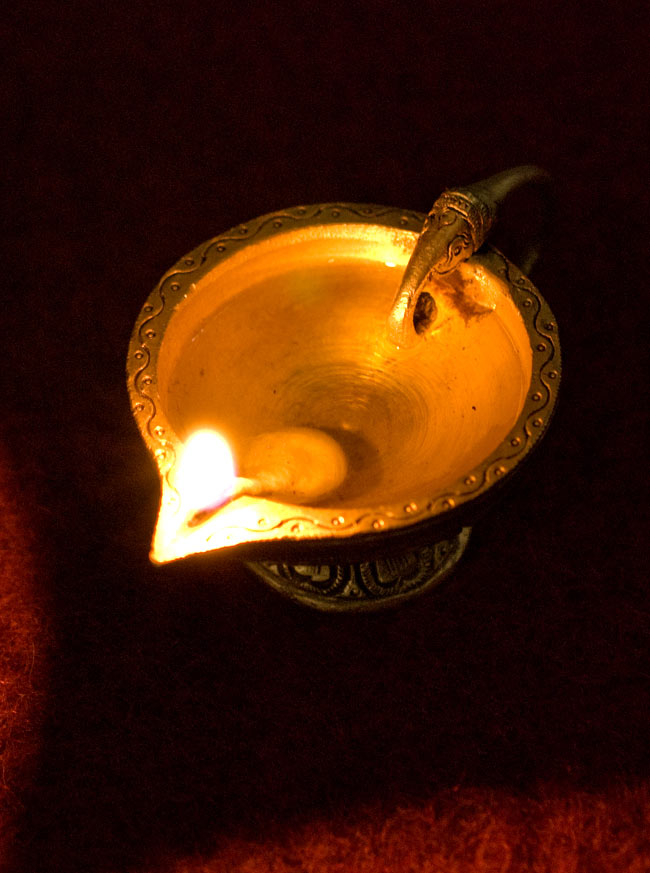 ブラスのオイルランプ&お香立て【ラクシュミー】の写真7 - 火を灯して撮影しました(別商品)。