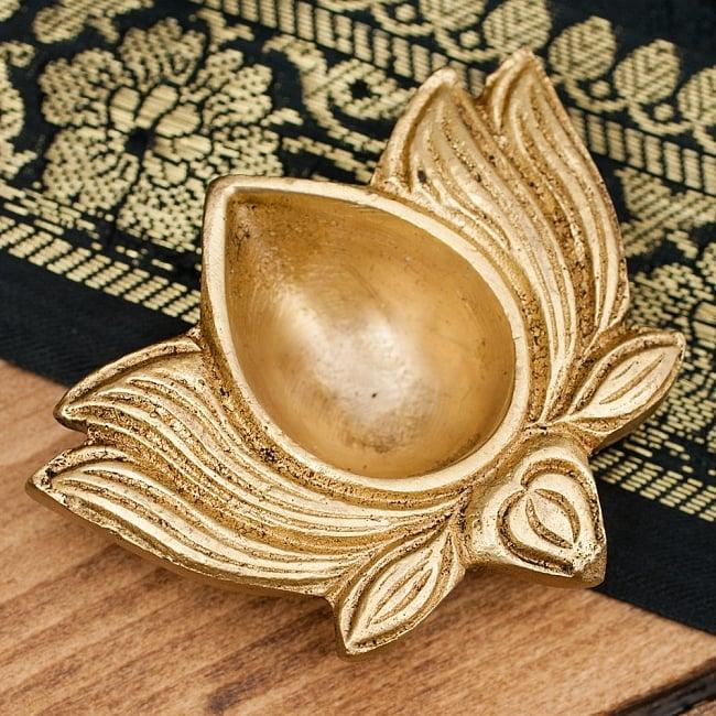 蓮の花形のオイルランプの写真