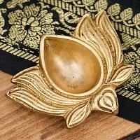 蓮の花形のオイルランプ