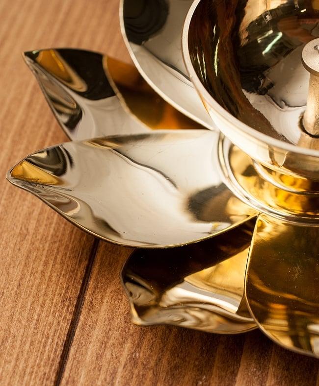 蓮の花のオイルランプ&お香立て [直径15cm] 3 - 薄手の金属を用いた美しい造形になっています。