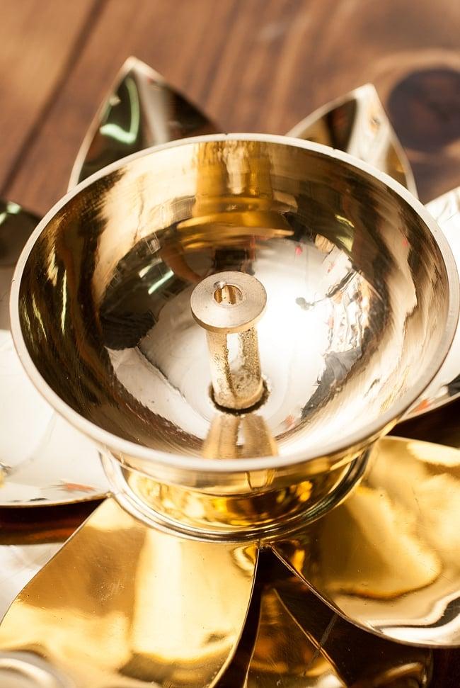 蓮の花のオイルランプ&お香立て [直径15cm] 4 - 灯心をセットするパーツになります。ネジ式で取り外すことができるので、灯心をセットしやすいです。