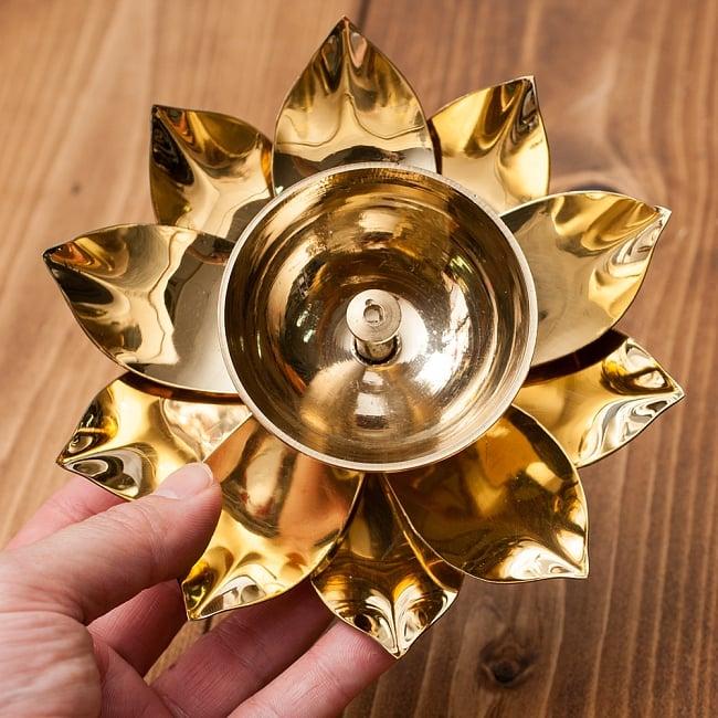 蓮の花のオイルランプ&お香立て [直径15cm] 6 - 手にとってみるとこれくらいの大きさです。
