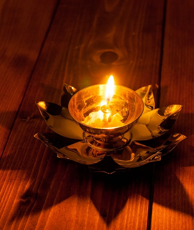 蓮の花のオイルランプ&お香立て [直径15cm] 8 - オイルランプとして使用してみました。蓮型の影が投影されて非常に幻想的な灯りです。